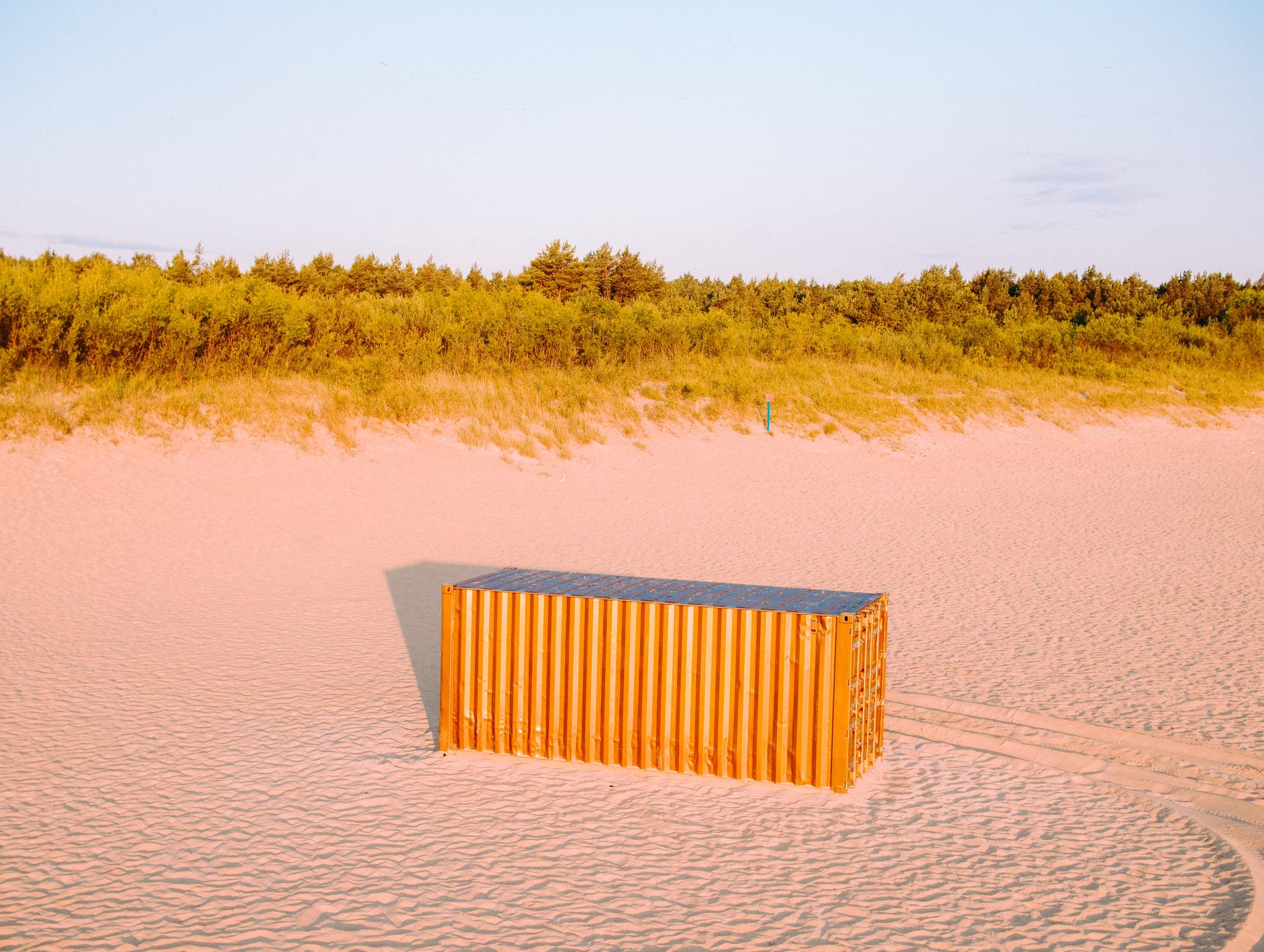 Zagadkowe kontenery na gdańskich plażach. Co zwiastują?